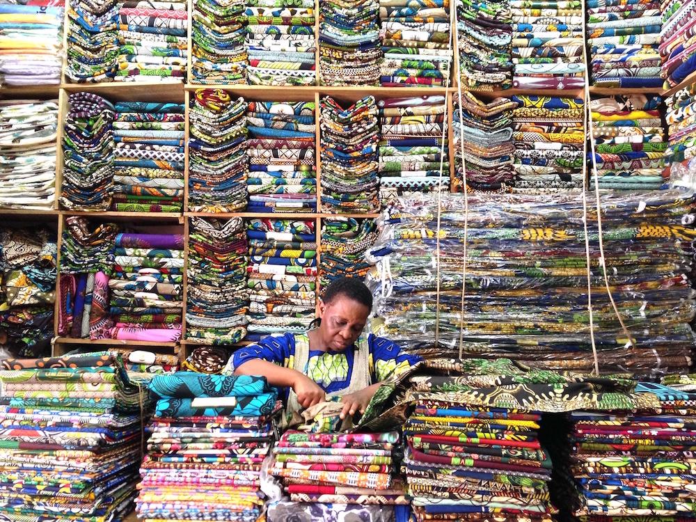 豊富な種類のアフリカンプリントが揃うウガンダの布店