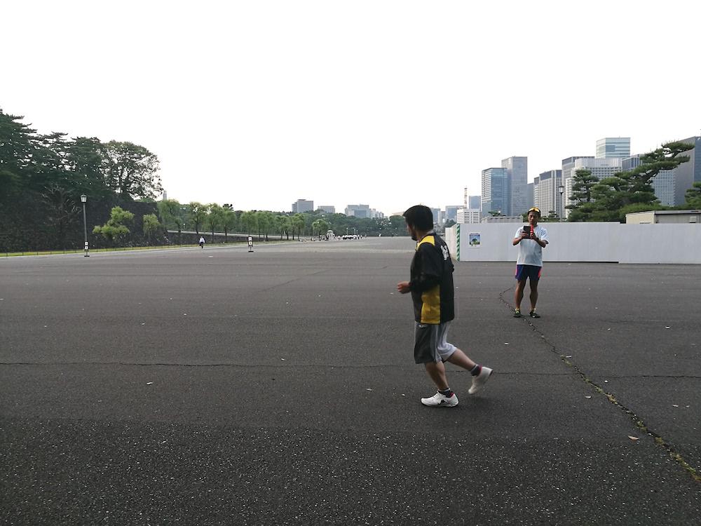 真っ直ぐ走ったり、三河さんを中心に円を描くように走ったり、壁に沿って走ったりしてみました