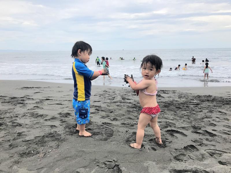教えたわけではないのに、波がギリギリ届かない場所で遊び始める子どもたち