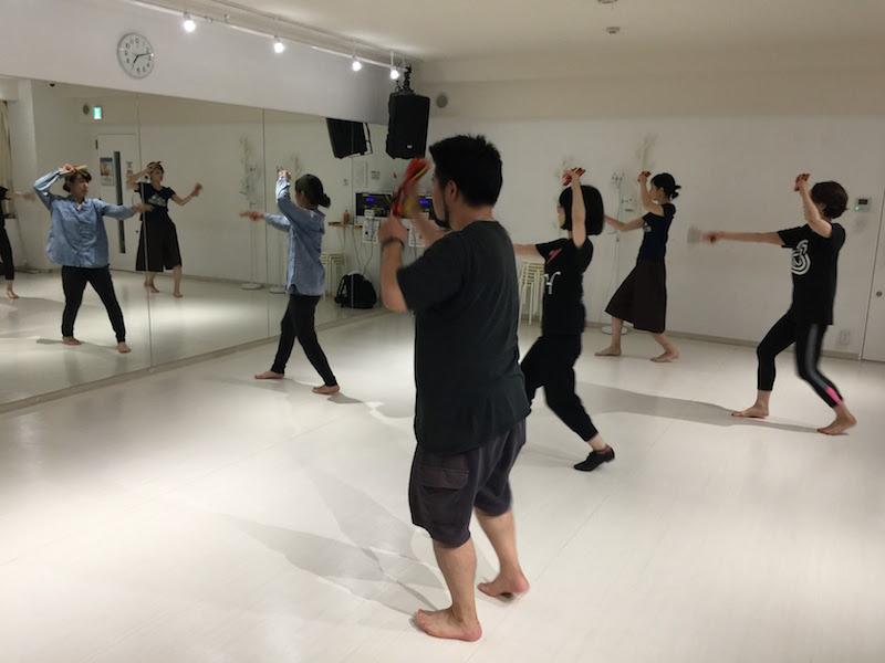 他の踊り子の方は、左手を上にシュッと挙げていますが、僕は……
