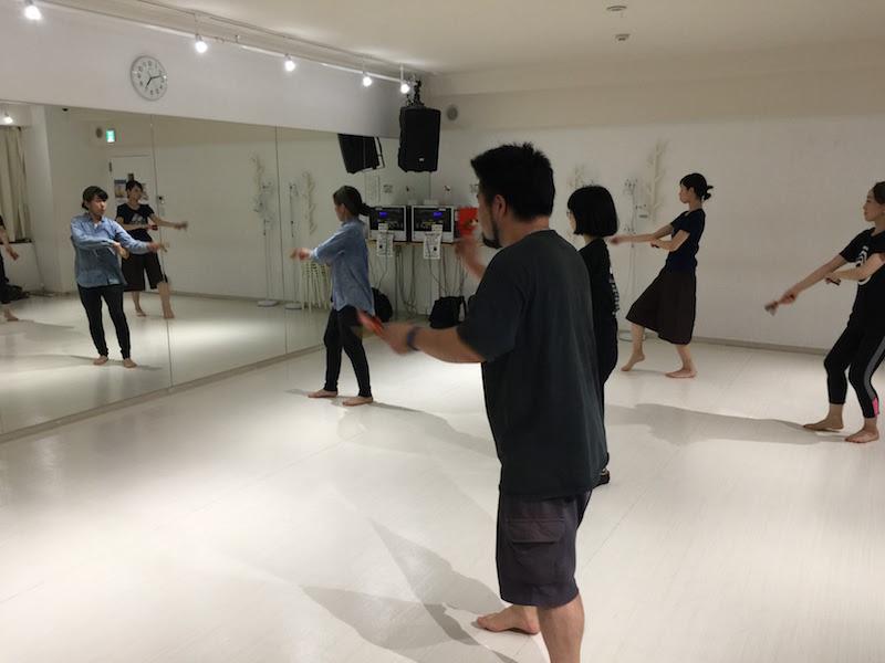 他の踊り子の方は、右手をピッと前に伸ばしていますが、僕は……